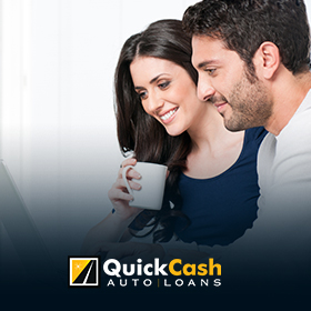 Picture of a Couple Navigating the Quick Cash Auto Loan Website in Spanish